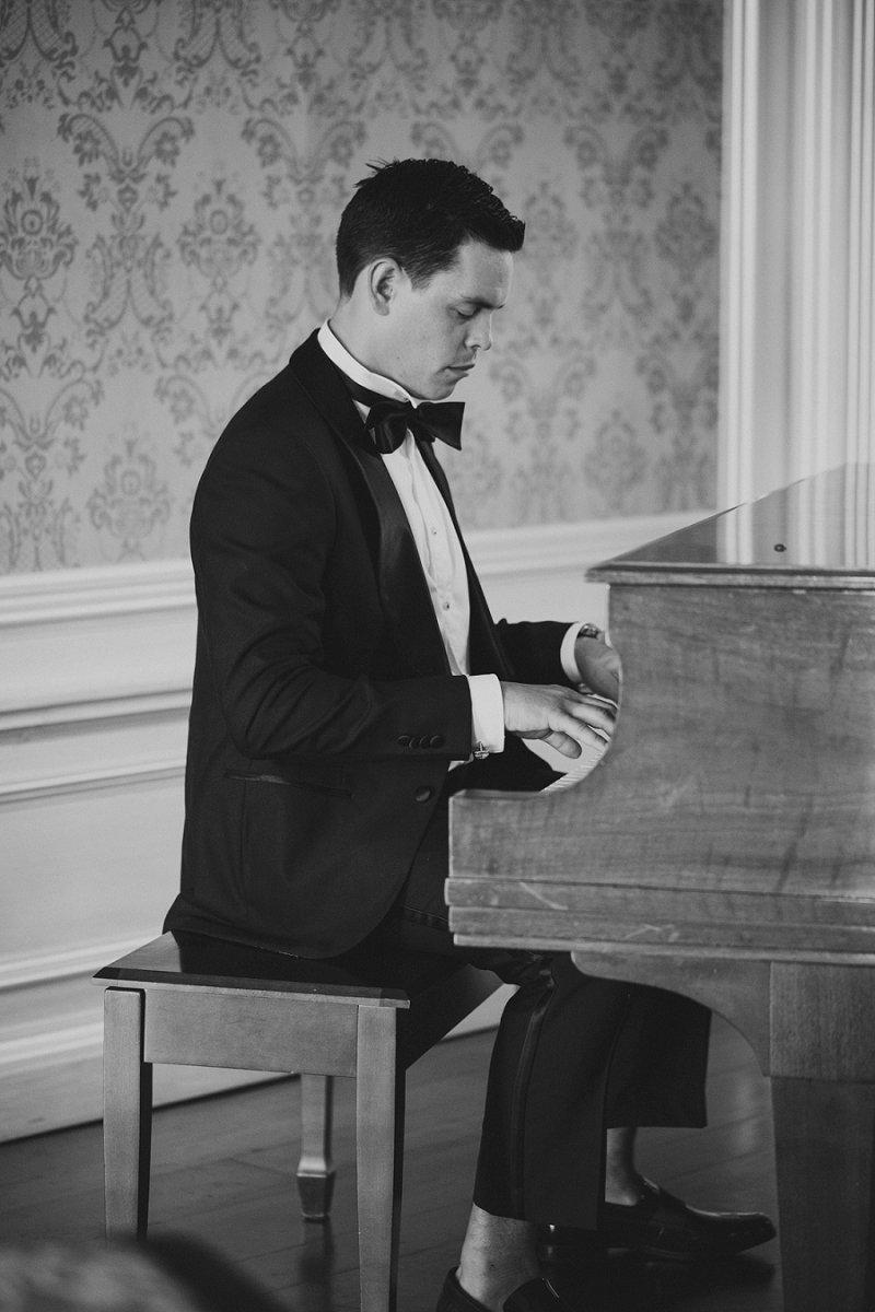 groom playing piano at hamilton farm golf club
